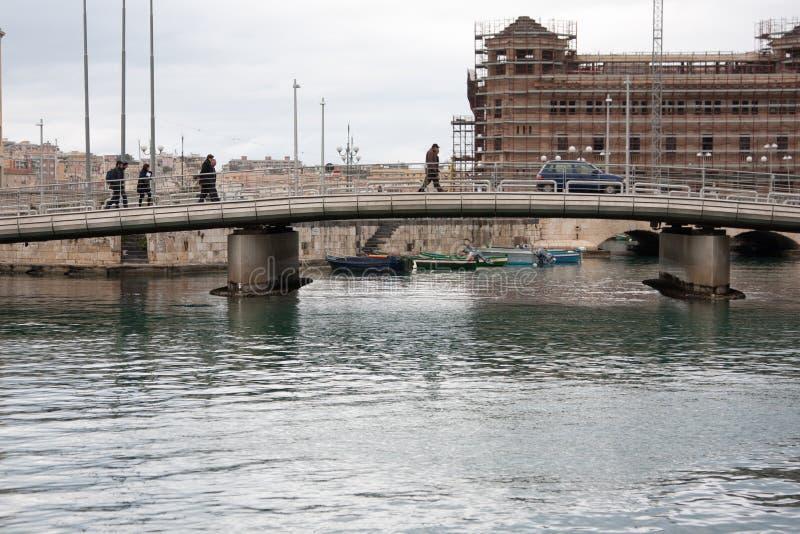 L'Italia Sicilia Siracusa - ponte di Ortigia immagine stock