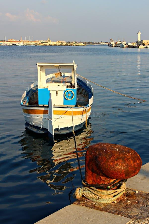 L'Italia, Sicilia: Vecchia barca in Marsala immagini stock libere da diritti