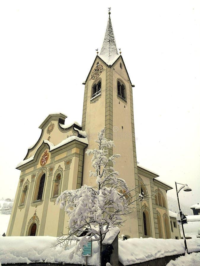 L'Italia, Trentino Alto Adige, Bolzano, San Vigilio di Marebbe, vista della chiesa della città durante il giorno di inverno e dur fotografia stock libera da diritti