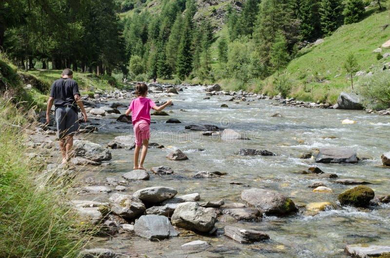 L'Italia, Val Passiria, ragazzi cammina a piedi nudi in una corrente fotografia stock