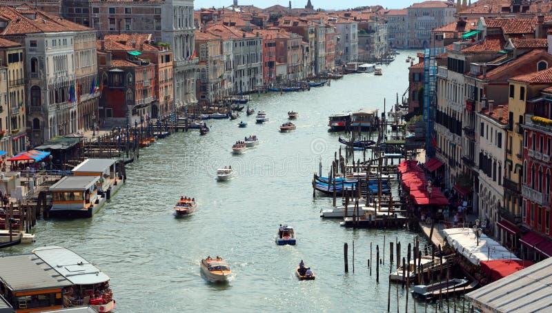 L'Italia Venezia con molte barche sul canal grande visto da sopra fotografia stock