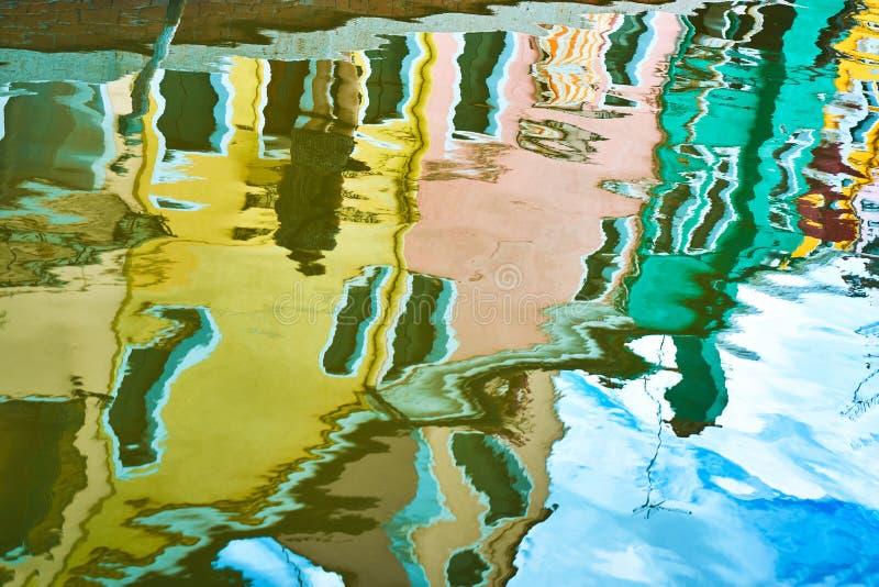 L'Italia, Venezia, isola di Burano Riflessione delle case variopinte in canale dell'acqua fotografie stock