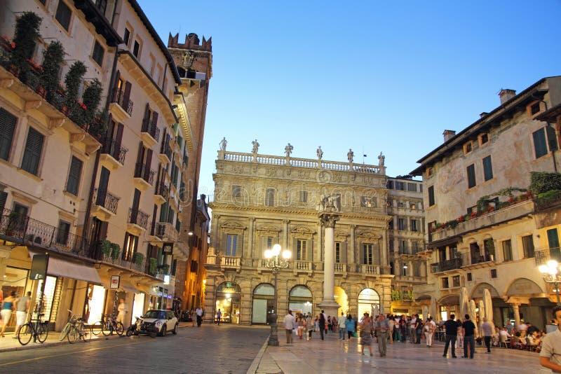 L'Italia, Verona, delle Erbe della piazza al crepuscolo immagine stock