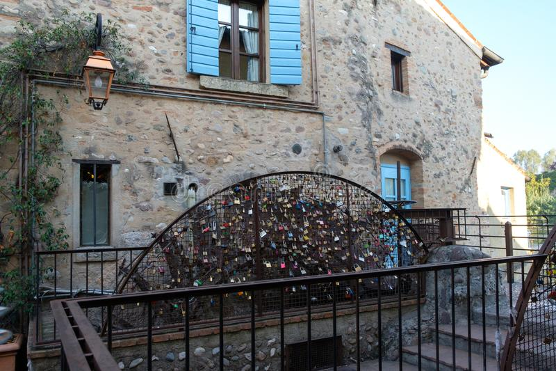 L'Italia, Verona, mincio del sul di borghetto, padlocks sulla ruota di un mulino fotografia stock