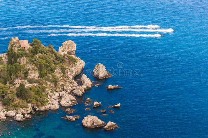 L'Italia: Vista aerea dell'isola e di Isola Bella fotografia stock libera da diritti