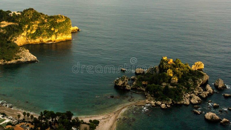 L'Italia: Vista aerea dell'isola e di Isola Bella ad alba immagini stock libere da diritti