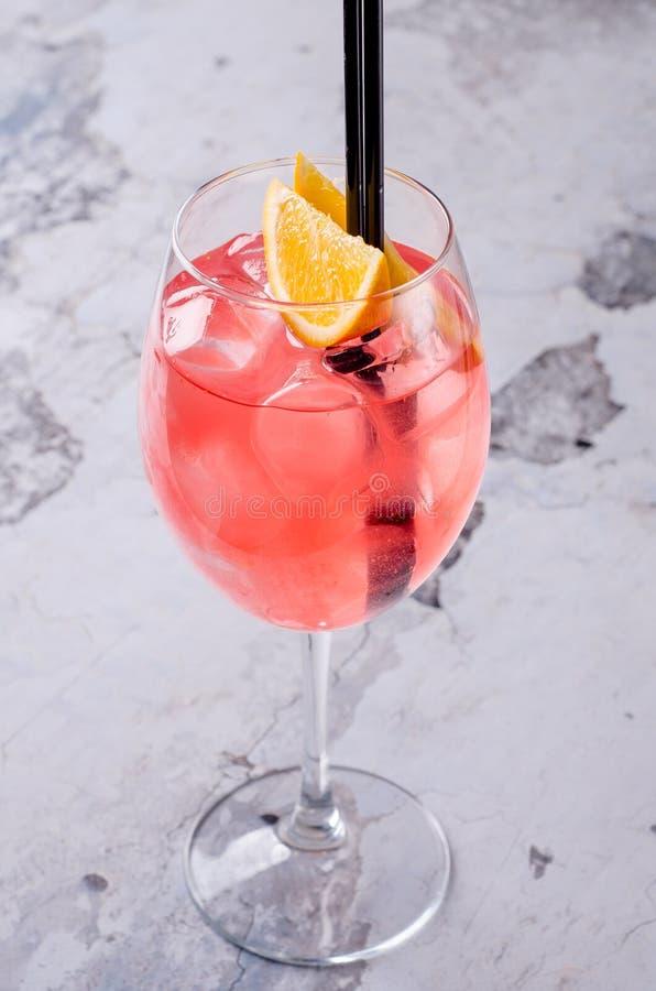 L'italiano classico Aperol Spritz il prosecco del cocktail, l'aperitivo ed il selz consistenti con la frutta fresca della fetta a immagine stock