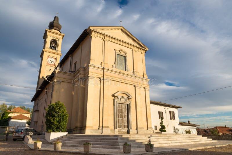 L'Italie, église Santa Maria Assunta, della du 17ème siècle et carré Chiesa dans Casorate Sempione image stock