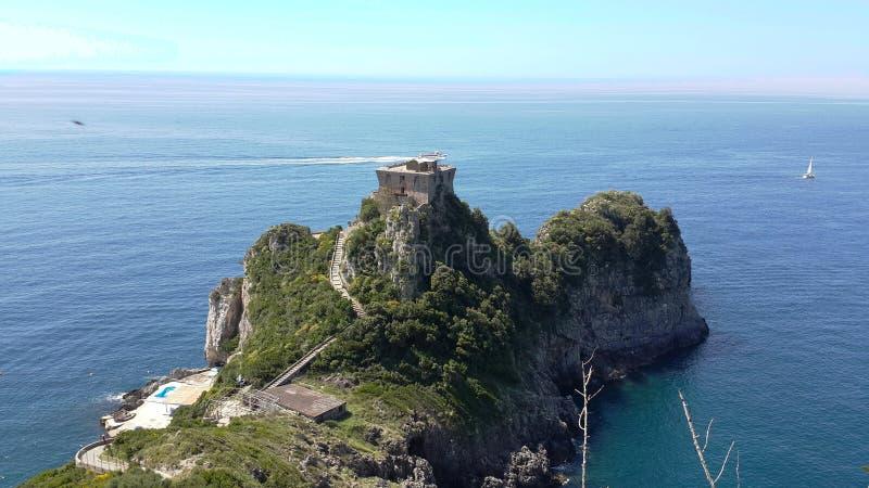 L'Italie a dominé le petit château sur une péninsule n'importe où image libre de droits