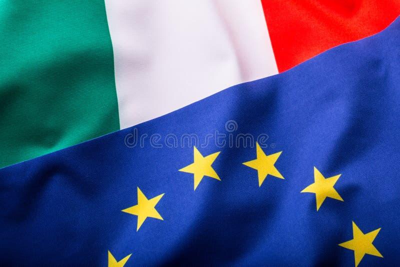 L'Italie et l'UE Drapeau italien et drapeau d'UE photographie stock libre de droits