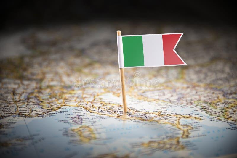 L'Italie a identifié par un drapeau sur la carte photographie stock
