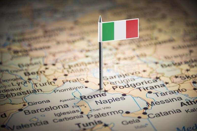 L'Italie a identifié par un drapeau sur la carte photos stock