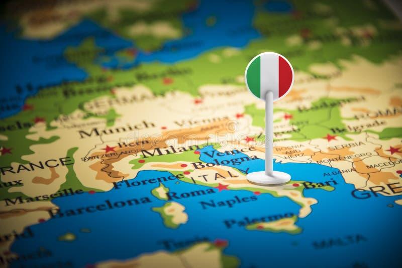 L'Italie a identifié par un drapeau sur la carte photo libre de droits