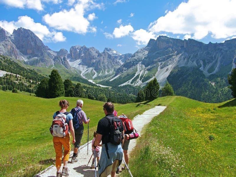 L'Italie, le 18 juillet 2014, famille de touristes d'Allemagne au dolomiti de l'UNESCO dolomiten la montagne de dolomitet de dolo photo stock