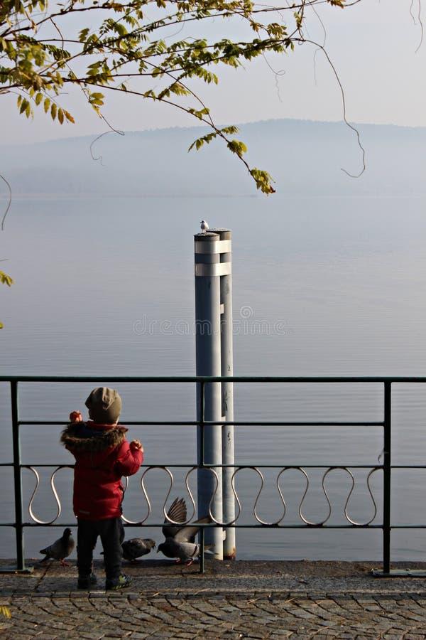L'Italie, Piemonte, lac arona : Jeu d'enfant images libres de droits