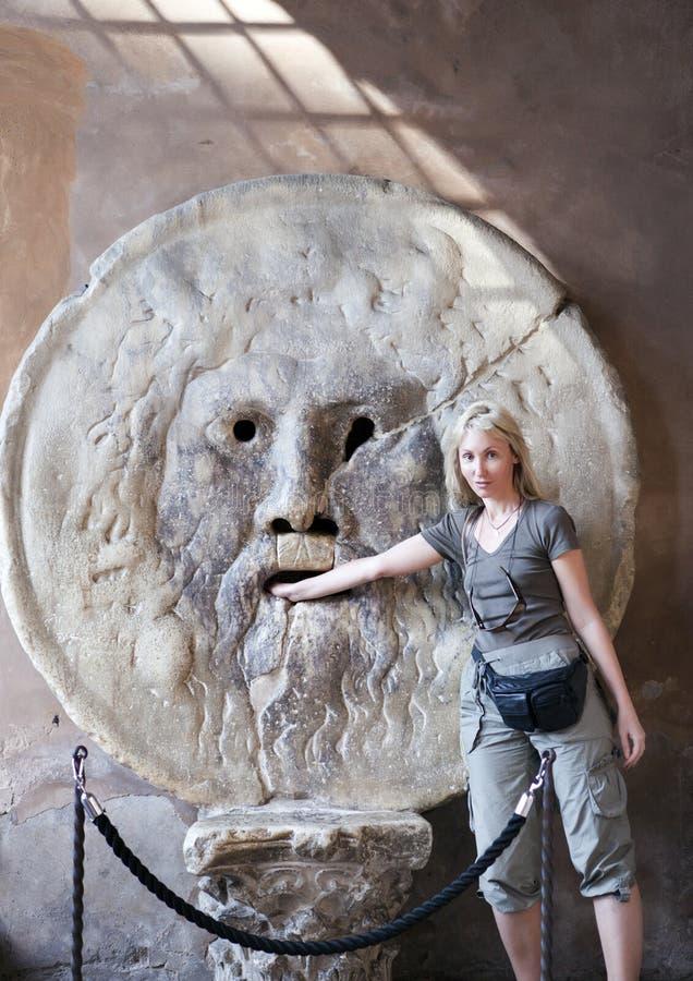 l'Italie rome La touriste de femme met la main pour dire du bout des lèvres de la vérité image libre de droits