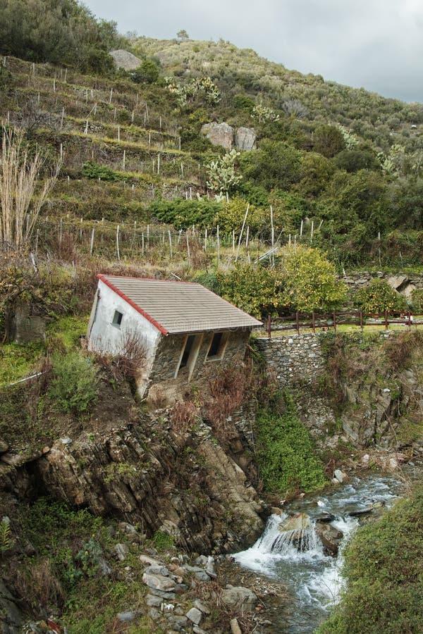 L'Italie rurale - maison inclinée abandonnée dans Vernazza, Cinque Terre image stock