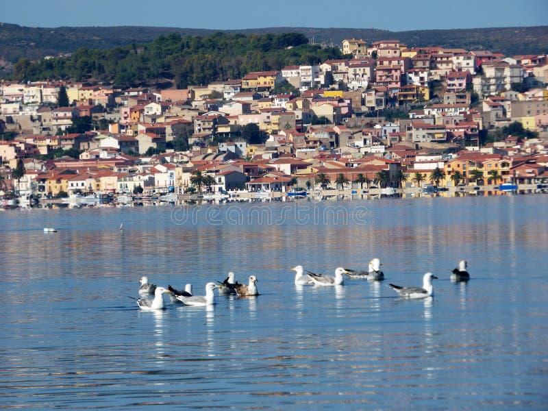 L'Italie, Sardaigne, ` Antioco, vue de Sant de la lagune et à l'arrière-plan le village de San Antioco photos stock