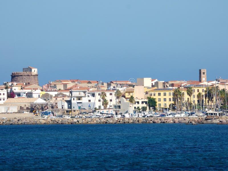 L'Italie, Sardaigne, Portoscuso, vue du port de la mer photographie stock