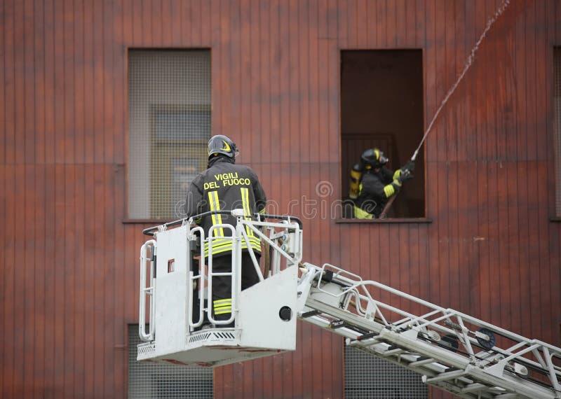 L'Italie, service informatique, Italie - 10 mai 2018 : Sapeur-pompier italien sur l'aer images libres de droits