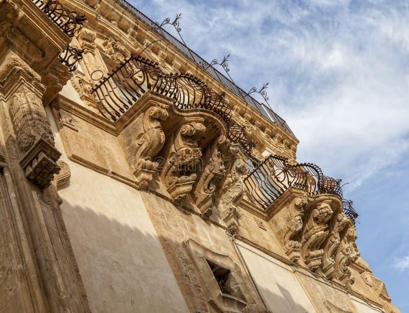L'Italie, Sicile, province de Scicli Raguse, la façade baroque de palais de Beneventano, statues ornementales sous les balcons photographie stock
