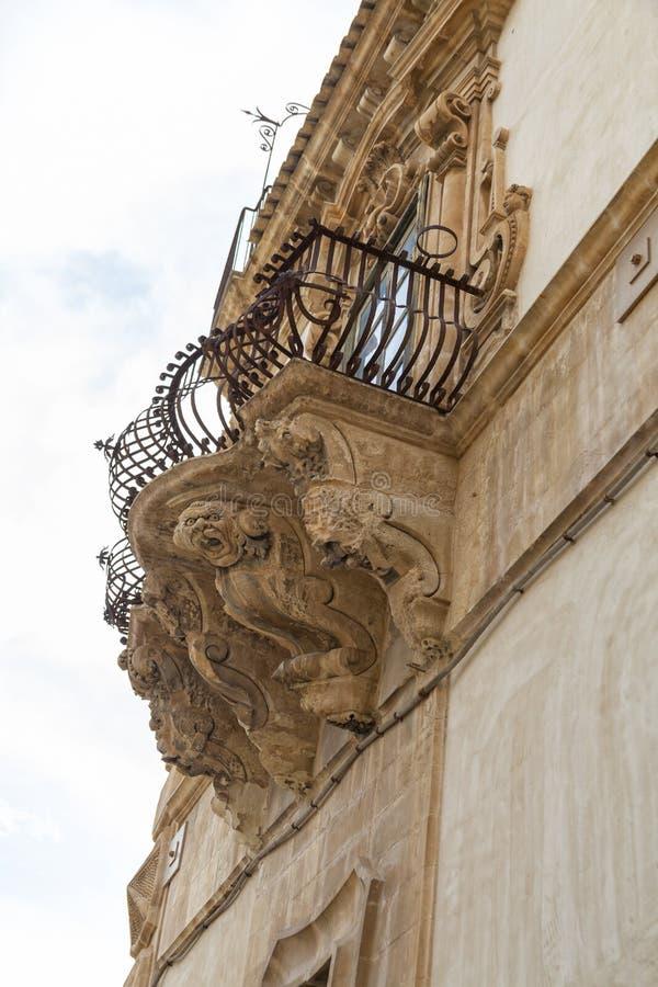 L'Italie, Sicile, province de Scicli Raguse, la façade baroque de palais de Beneventano, statues ornementales sous un balcon photographie stock libre de droits