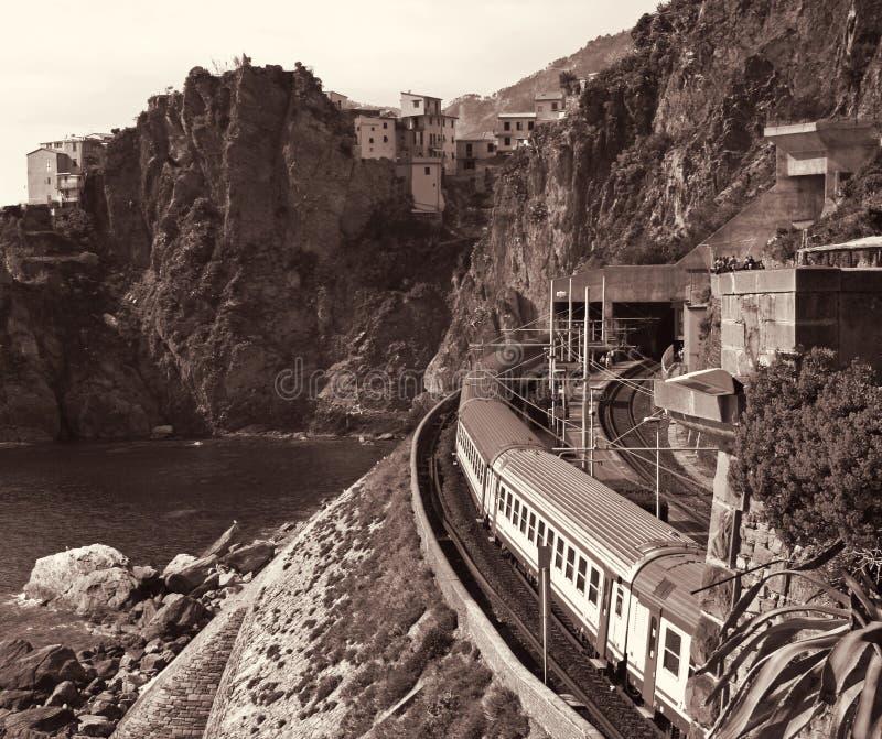 l'Italie Terre de Cinque Train à la station Manarola Dans la sépia modifiée la tonalité photographie stock libre de droits
