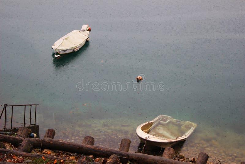 L'Italie, Trentino : Bateaux sur le lac Ledro dans un jour pluvieux images libres de droits