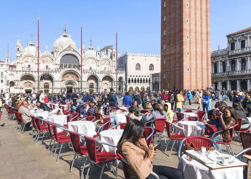 L'ITALIE, VENISE 24 AVRIL 2017 : Touristes dans un caf? de rue sur San Marco Square ? Venise images libres de droits