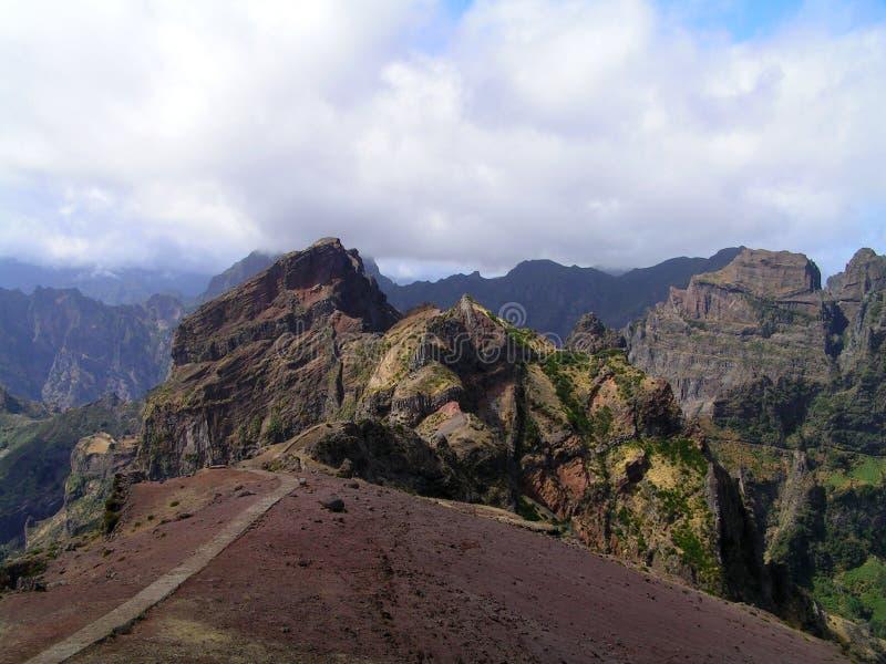 L'itinerario ai picchi dei highests della Madera immagini stock