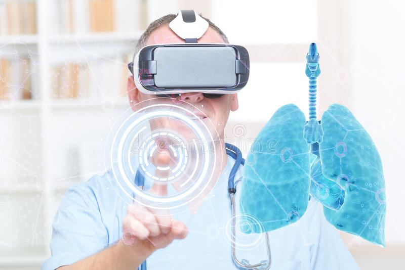 L?kare som anv?nder virtuell verkligheth?rlurar med mikrofon royaltyfria foton
