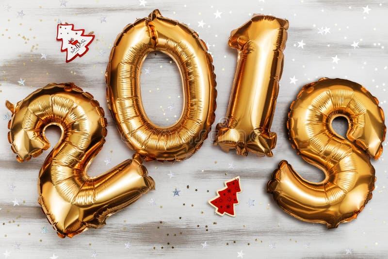L'or métallique lumineux monte en ballon les schémas 2018, Noël, ballon de nouvelle année avec des étoiles de scintillement sur l image libre de droits