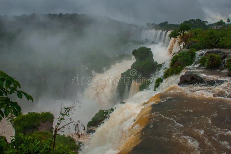 ?l?ment faisant rage de l'eau par temps nuageux et pluvieux Les chutes d'Igua?u, Am?rique latine, Argentine, cascades photo stock