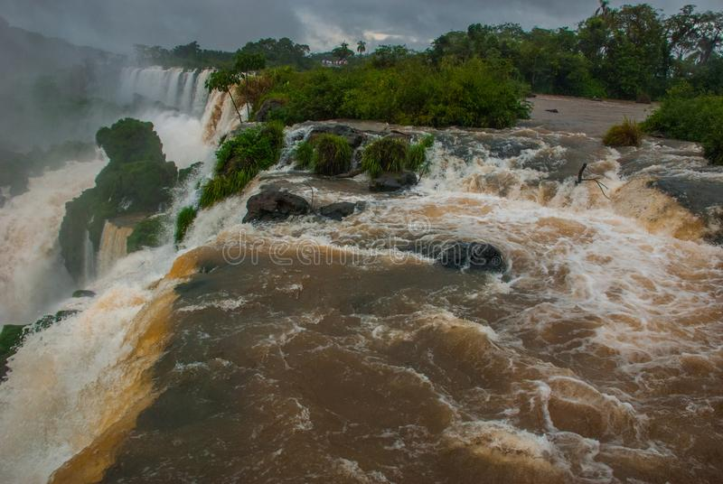 ?l?ment faisant rage de l'eau par temps nuageux et pluvieux Les chutes d'Igua?u, Am?rique latine, Argentine, cascades image libre de droits
