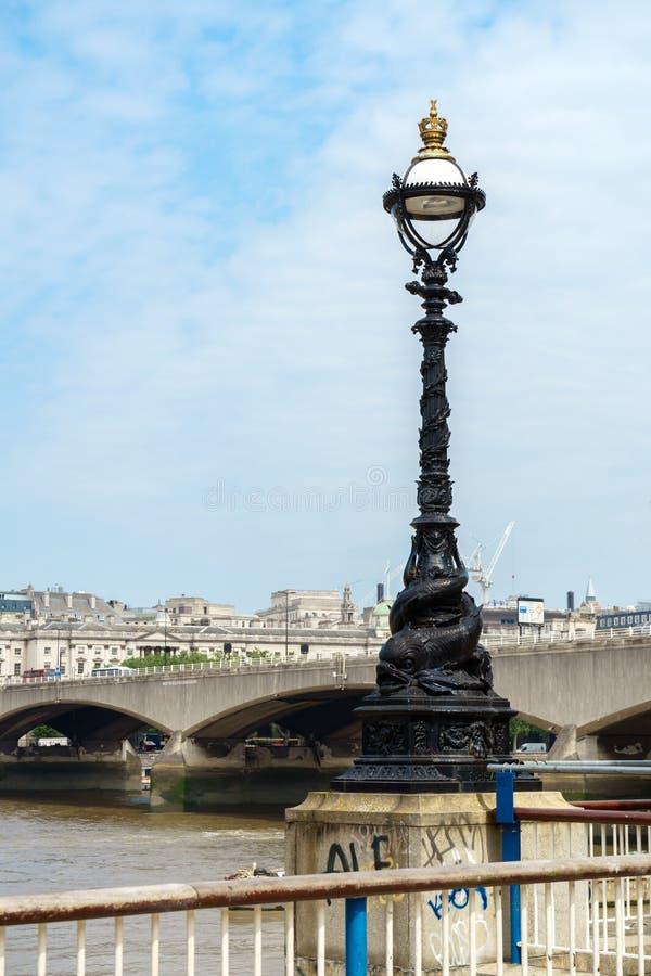 L?mpada de rua no banco sul do rio Tamisa, Londres, Inglaterra, Reino Unido imagem de stock