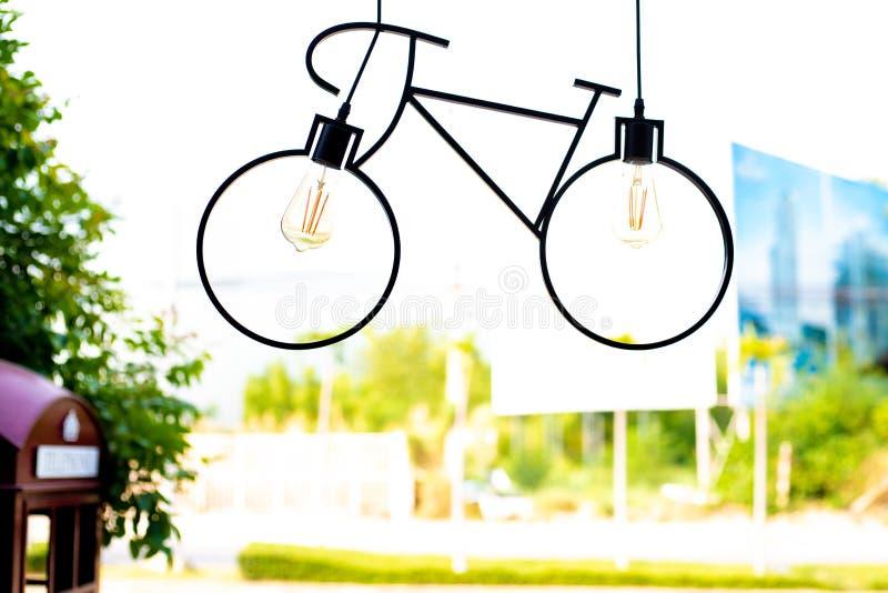 L?mpada do teto Dispositivo el?trico claro feito na forma de uma bicicleta foto de stock royalty free