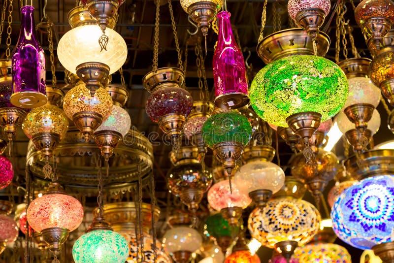 L?mpadas coloridas do otomano do mosaico do bazar grande em Istambul, Turquia Mercado das lanternas em Istambul fotos de stock royalty free