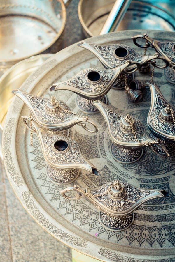 L?mpara de Aladdin de deseos en metal con los modelos fotografía de archivo