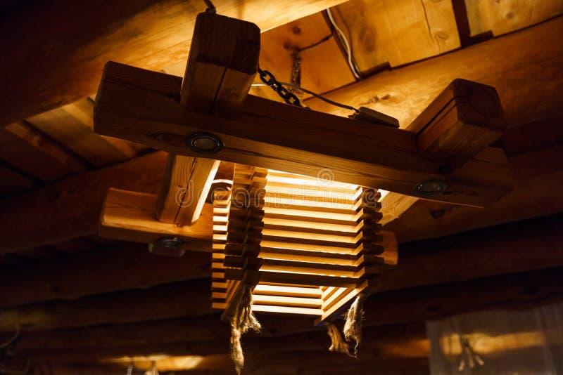 L?mpara ligera de madera en un techo Letonia fotos de archivo libres de regalías