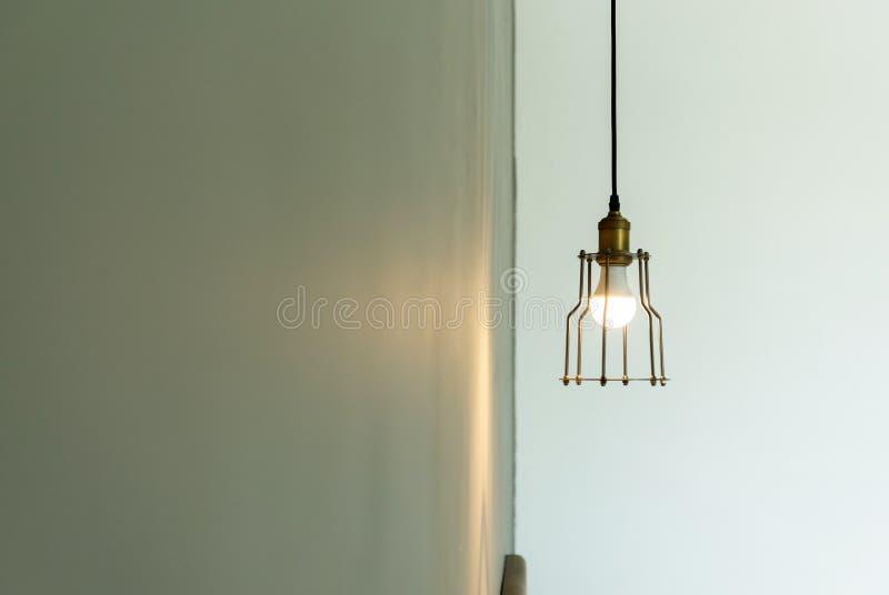 L?mparas en un caf? y un restaurante modernos, luz caliente del tono imagen de archivo