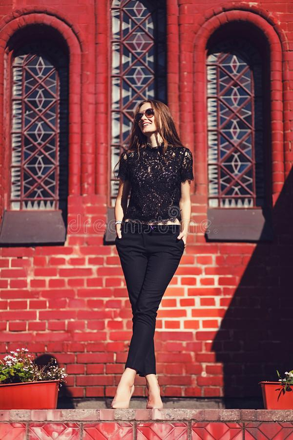 L muchacha elegante que camina y que presenta en ropa negra fotografía de archivo