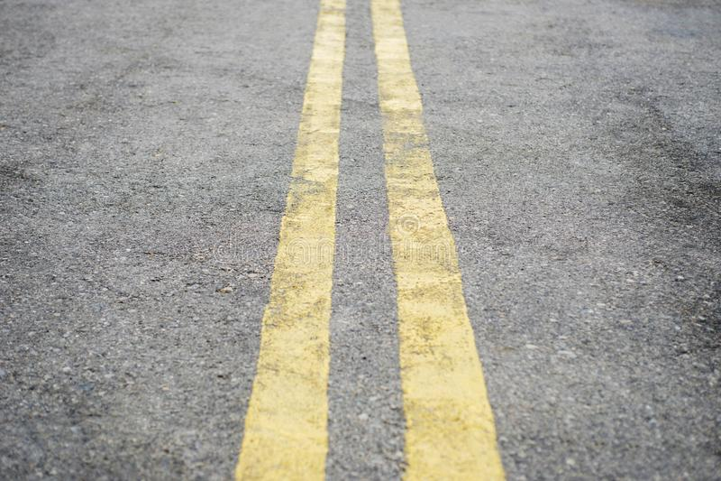 L?nea llena doble amarilla Marcas de camino en el asfalto en la calle Superficie de la carretera con las líneas amarillas dobles fotos de archivo libres de regalías