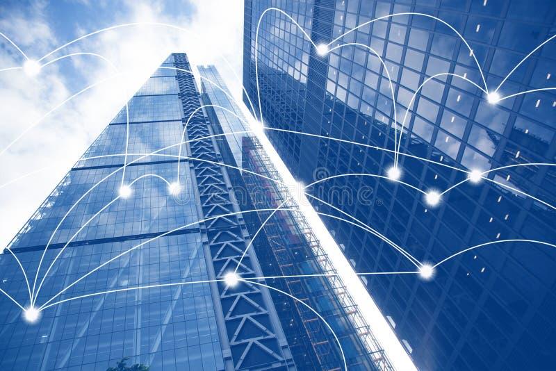L?neas elegantes de la ciudad y de la conexi?n Concepto de Internet de negocio global, rascacielos imagen de archivo libre de regalías