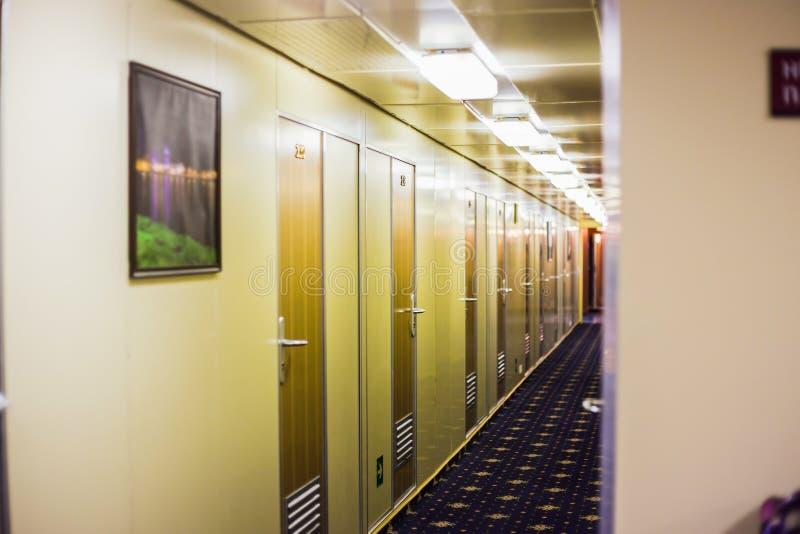 L?ng korridor av kryssningskeppet royaltyfria foton