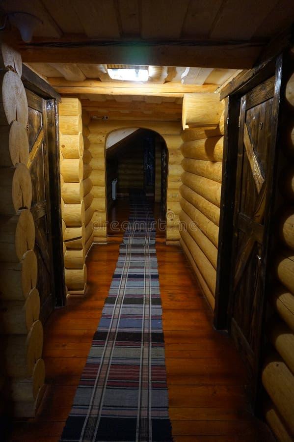 L?ng korridor i ett tr?hus royaltyfri foto