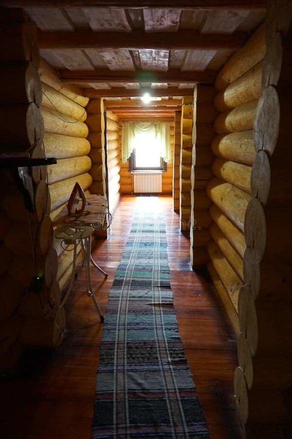L?ng korridor i ett tr?hus arkivbilder