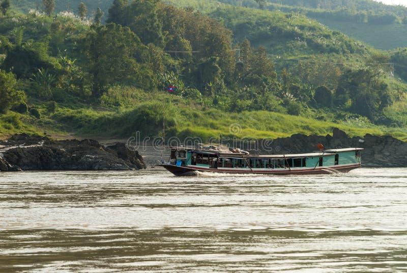 L?ngt fartyg p? Mekong River, Laos royaltyfri foto