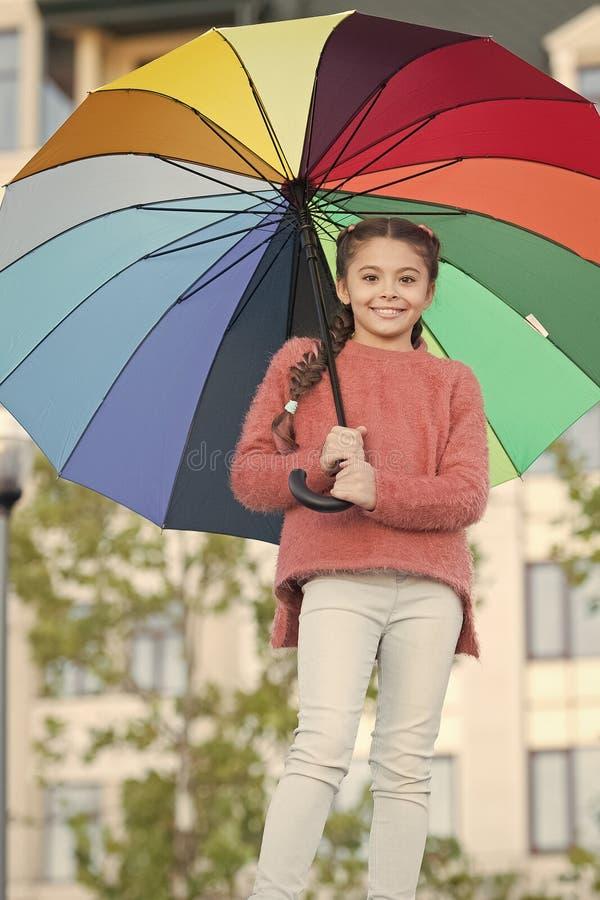 L?ngt h?r f?r flickabarn med paraplyet F?rgrik ?tf?ljande positiv p?verkan Ljust paraply Optimistiskt stag som ?r positivt och royaltyfria foton
