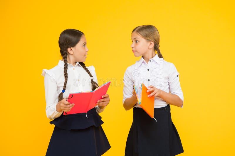 L?ngua do estudo As crianças bonitos estudam com livro de texto Prática e para melhorar habilidades de leitura para estudos da es fotografia de stock