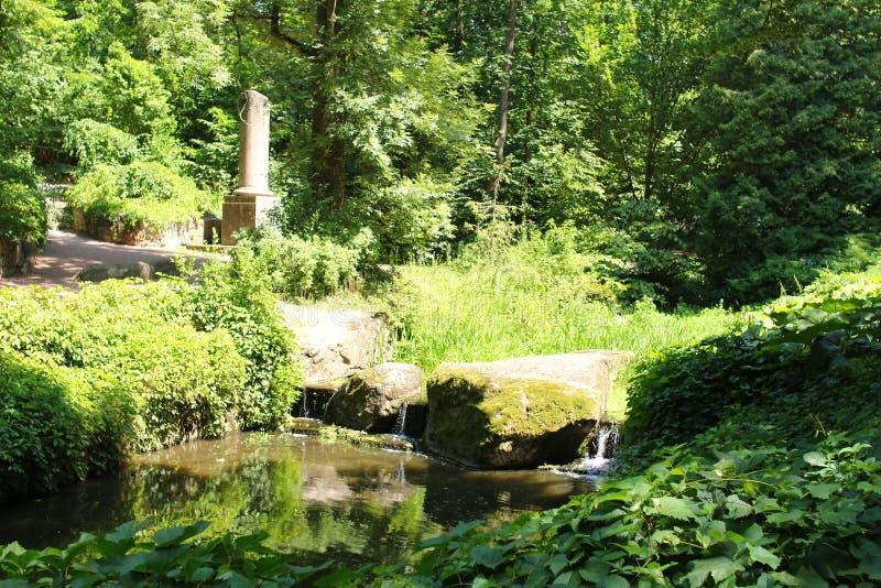 L'obélisque de granit, qui a le nom a tronqué la colonne en parc de Sofiyivsky Arborétum de jardin botanique dans Uman photos libres de droits